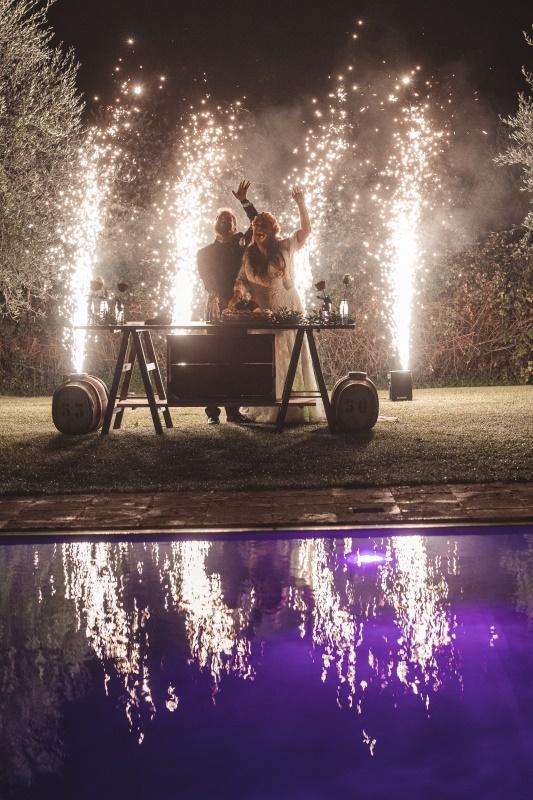 taglio torta a bordo piscina con fuochi d'artificio dietro