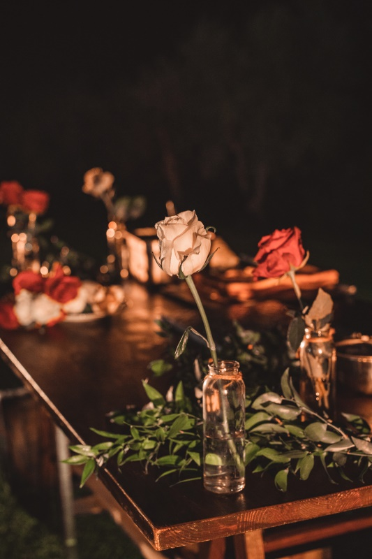 rose rosse e bianche per il tavolo della torta nuziale - organizzazione matrimoni siena
