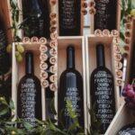 bottiglie di vino come tableau di matrimonio - organizzazione matrimoni siena