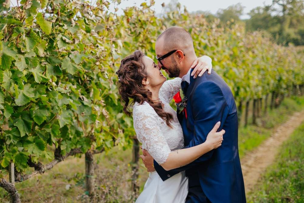 Foto di sposi appena sposati nelle vigne - wedding planner Siena