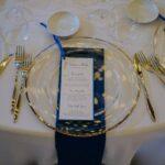 Dettagli blu menu e tovagliolo nella cena di matrimonio | wedding planner Siena Toscana