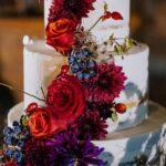 torta a più piani decorata con rose rosse e bacche | Organizzatrice eventi Siena